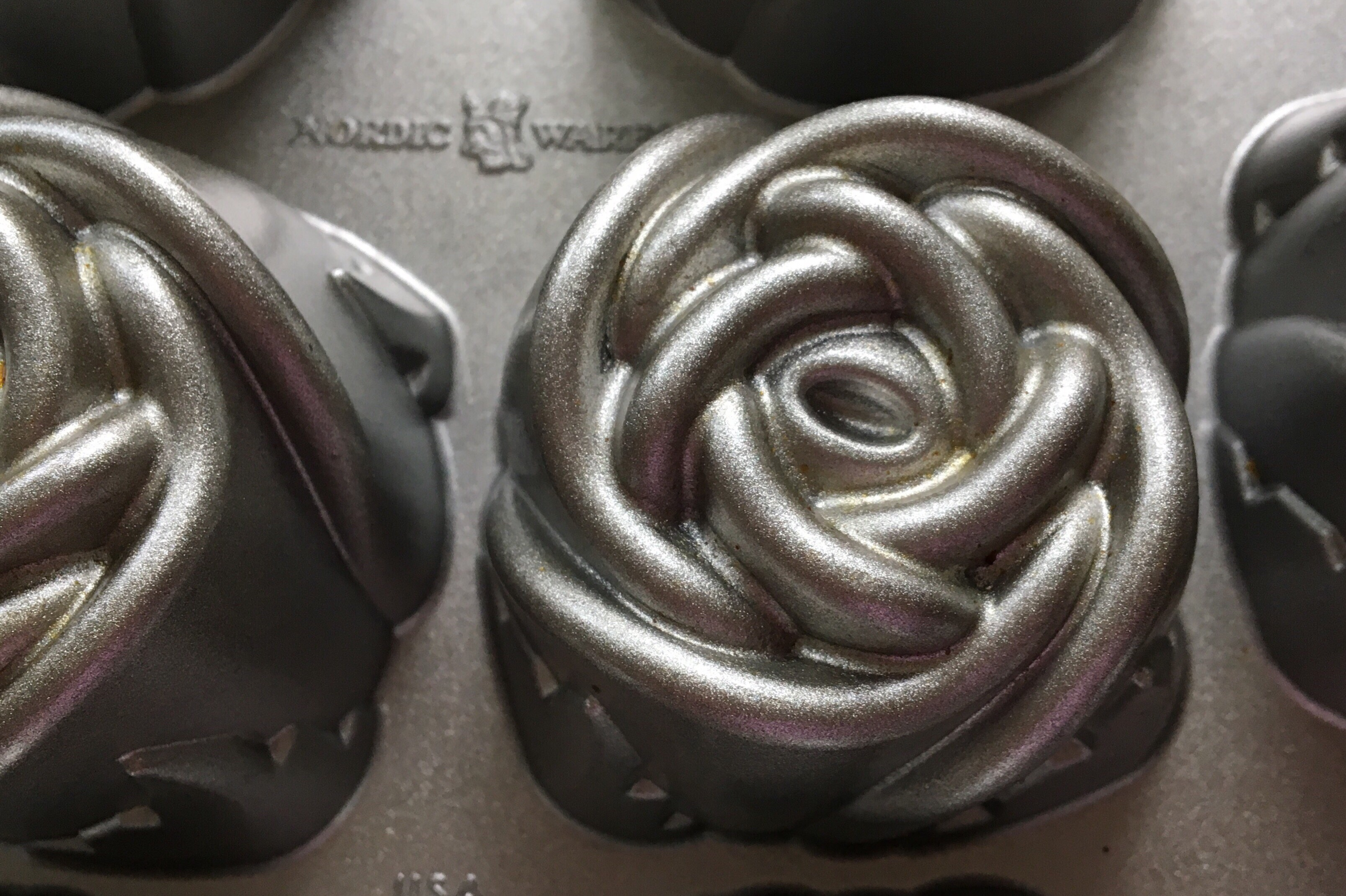 Nordic Ware Sweetheart Roses bageform