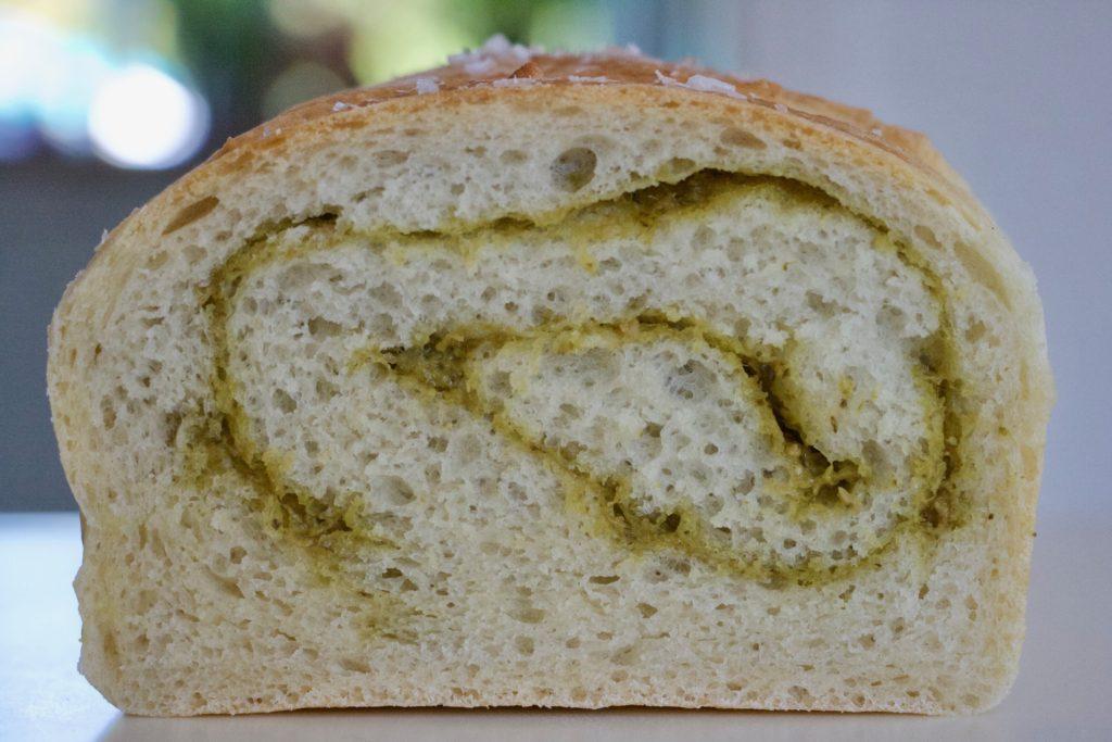 Pestoroulade er et saftigt madbrød med pesto. Perfekt til grillmad, oste eller tapas. Bagvrk.dk.