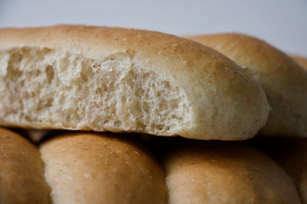 Pølsebrød bagt med en smule fuldkorn. Perfekt til hotdogs. Fra Bagvrk.dk.