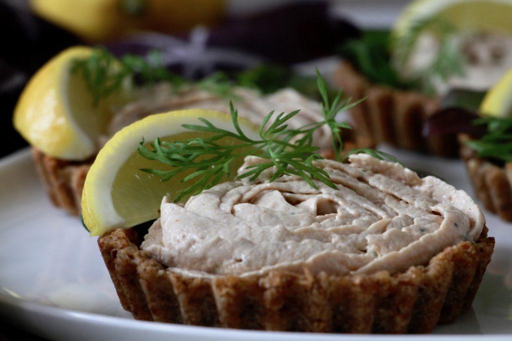 Tunmousse i rugbrødstærter - den yndigste rose - Bagvrk.dk