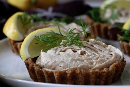 Tunmousse i små rugbrødstærter. En smuk fornyelse af en klassiker.