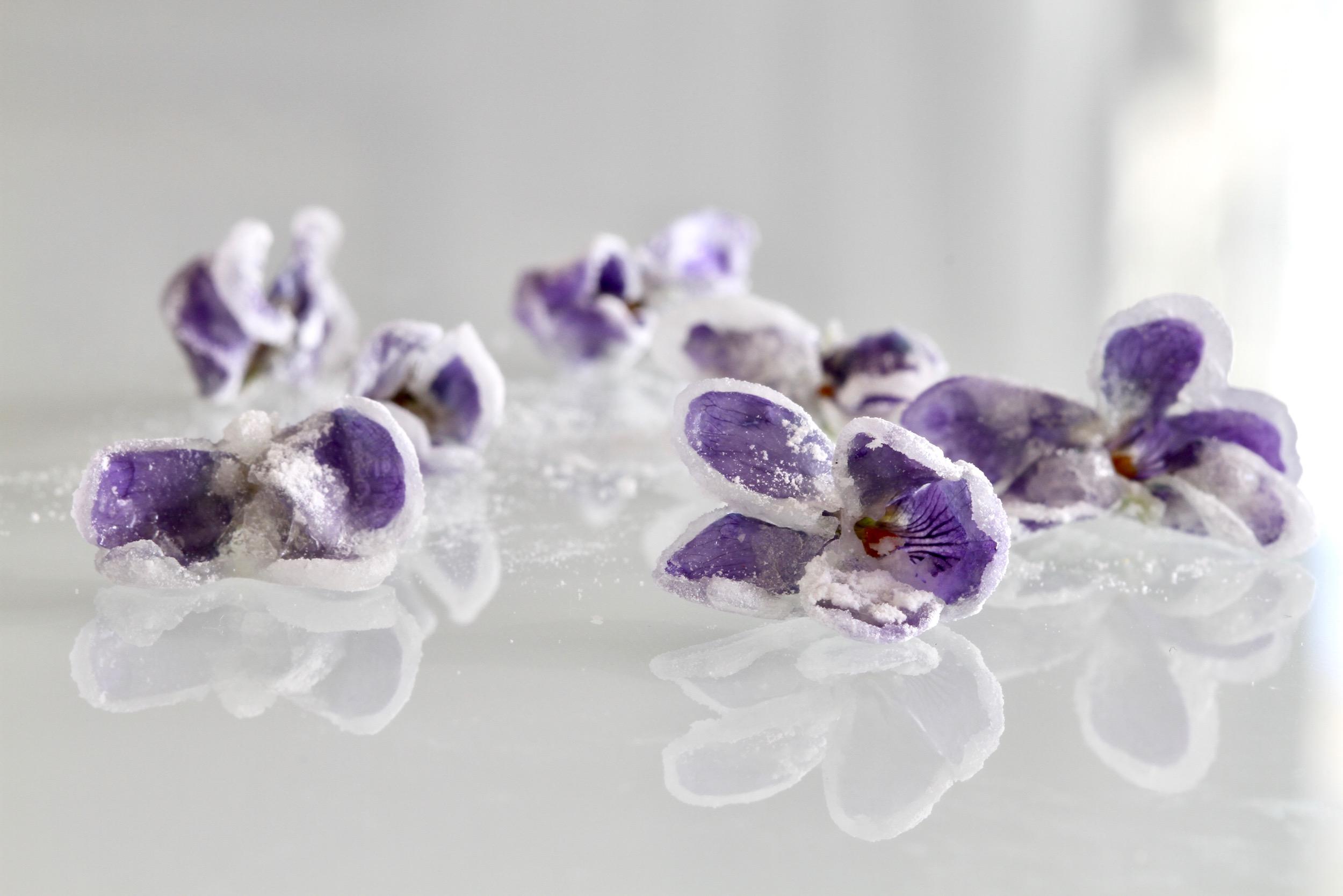 Kandiserede violer. Nem kagepynt fra Bagvrk.dk.