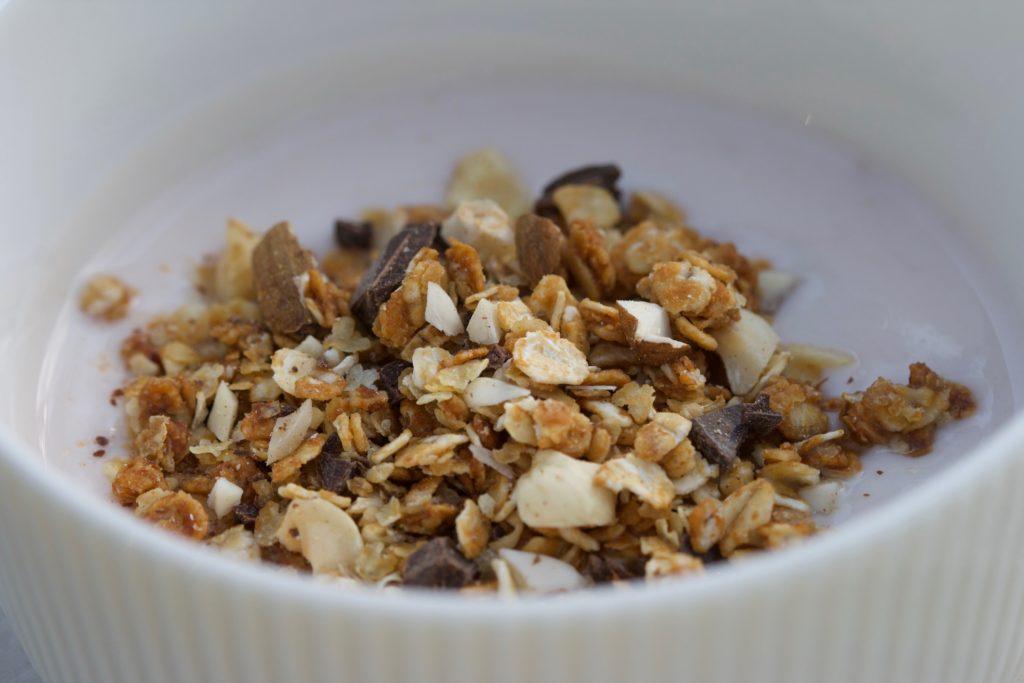Granola med peanutbutter. En supernem opskrift fra Bagvrk.dk.