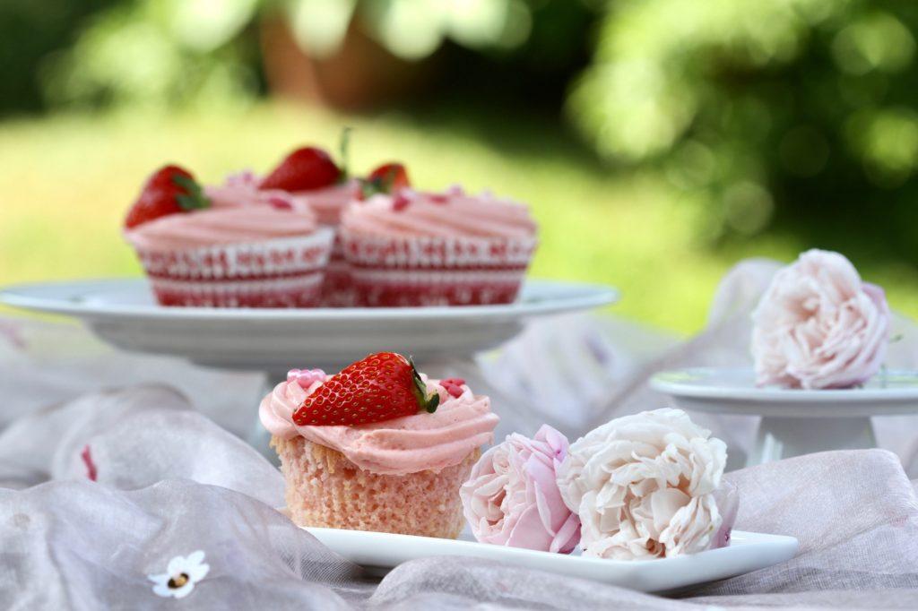 Babyshowercupcakes med jordbærflødecreme. En lækker opskrift fra Bagvrk.dk.