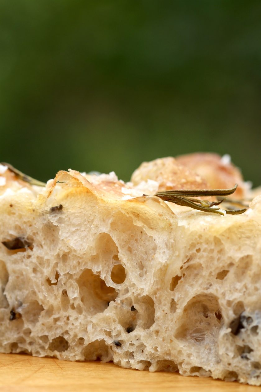 Focaccia med oliven og surdej. En opskrift fra Bagvrk.dk.