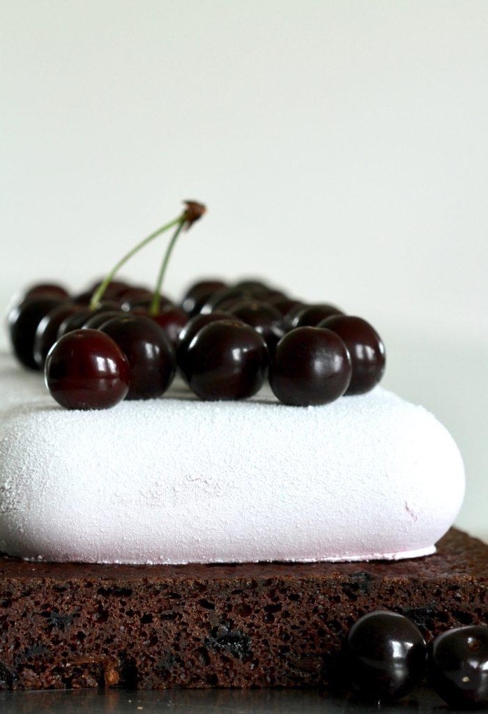 Kirsebærkage med mousse og chokolade. En lækker opskrift fra Bagvrk.dk.