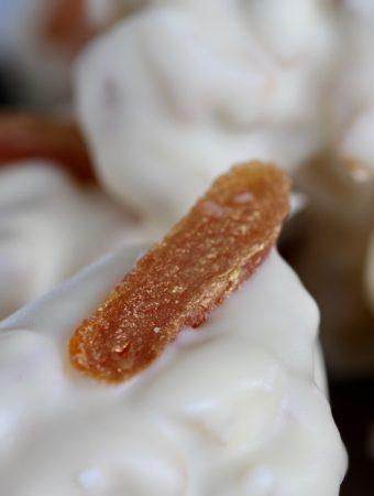 Julepopcorn med abrikos og hvid chokolade. En konfektopskrift fra Bagvrk.dk.