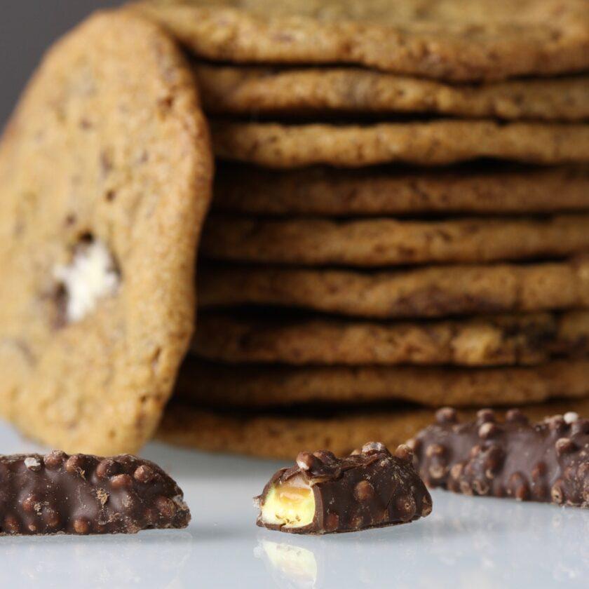 Cookies med skumbananer knas og karamel nærbillede. Bagvrk.dk.