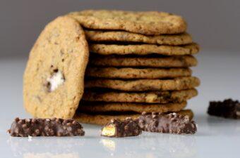 Cookies med skumbananer knas og karamel lavformat. Opskrift fra Bagvrk.dk.