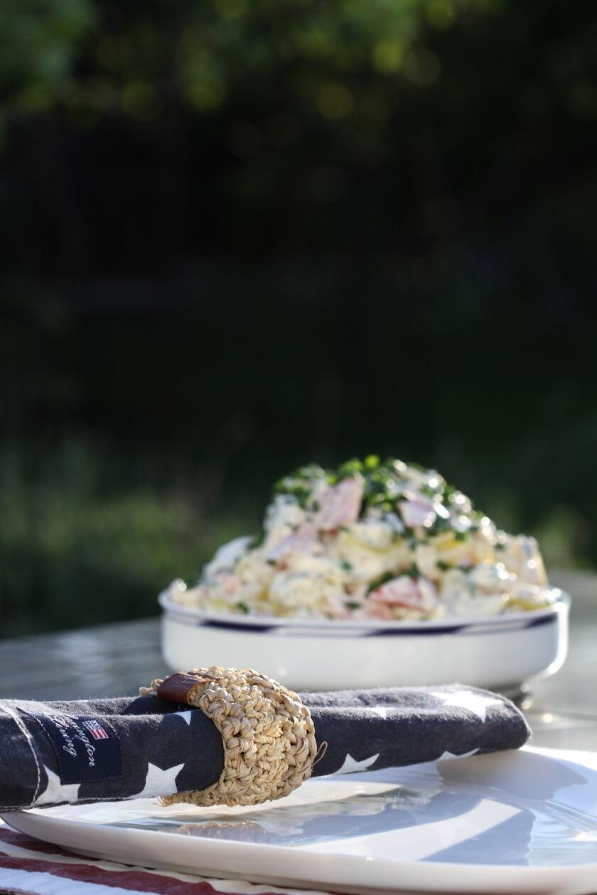 Sommerstemning på terrassen med opdækning og kartoffelsalat.