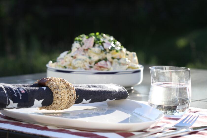 Opdækning udenfor med Lexington serviet og kartoffelsalat. Bagvrk.dk