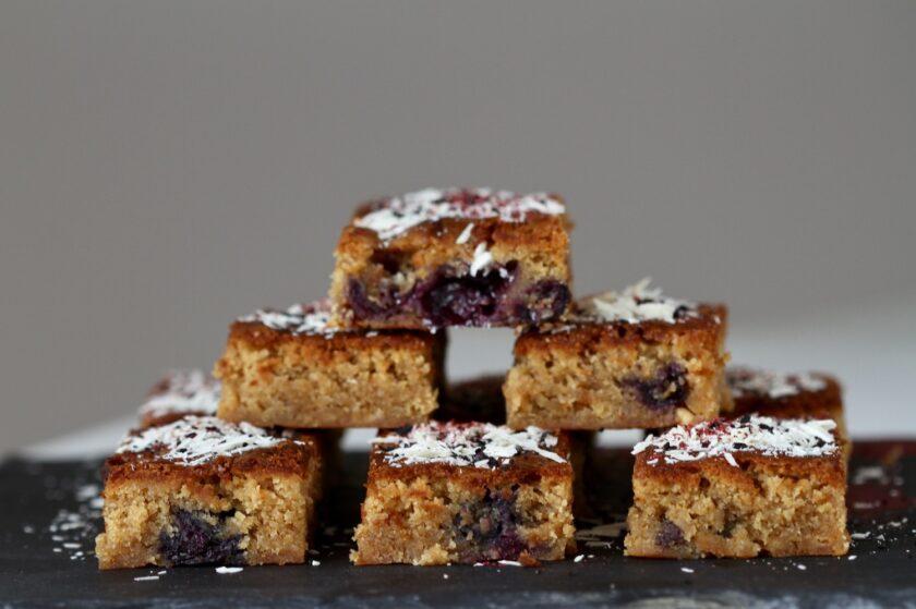 Blondie med blåbær hvid chokolade lakridsdrys, Bagvrk.dk