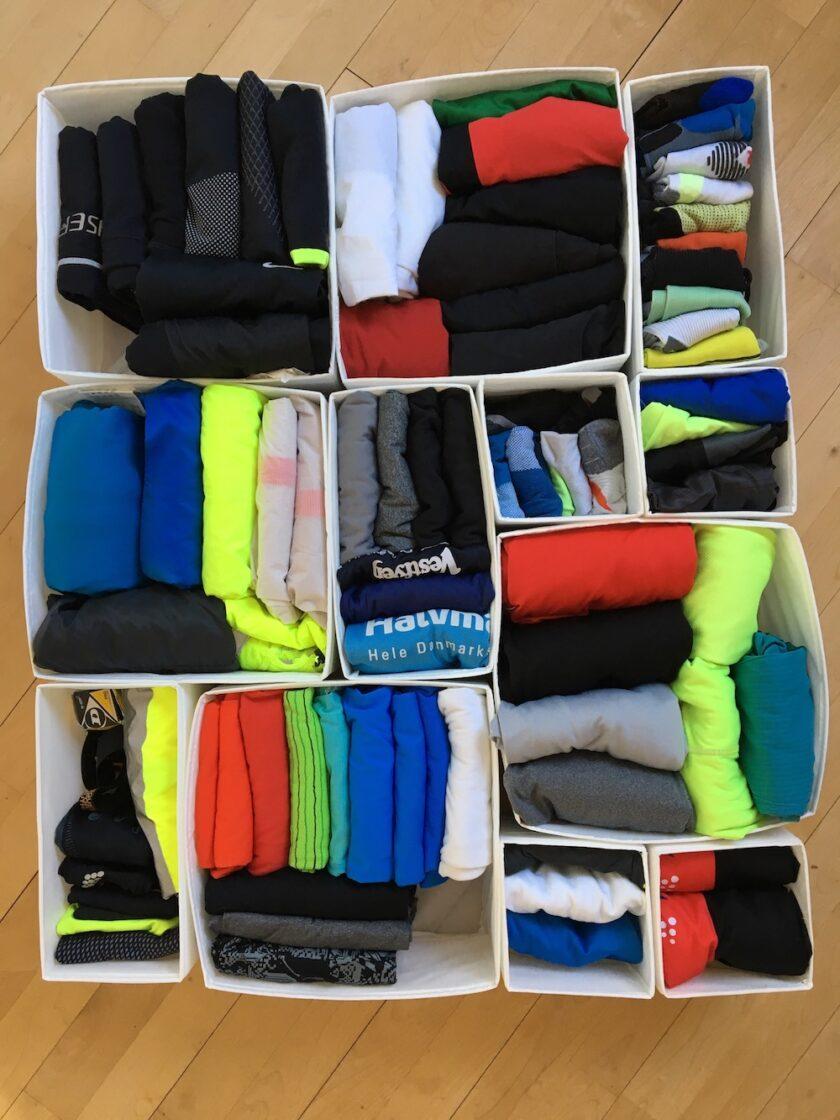 Min mands løbetøj, lagt sammen i kasser - En guide til KonMari fra Bagvrk.dk