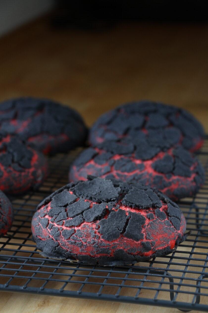 Chiliburgerboller med rød og sort dej - Bagvrk.dk