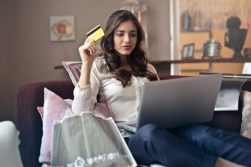 Shop med nærvær - kvinde med kreditkort ved computer - Mandagstip - Bagvrk.dk
