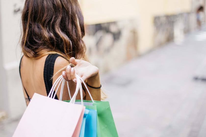 Shop med nærvær - kvinde med poser - Mandagstip - Bagvrk.dk