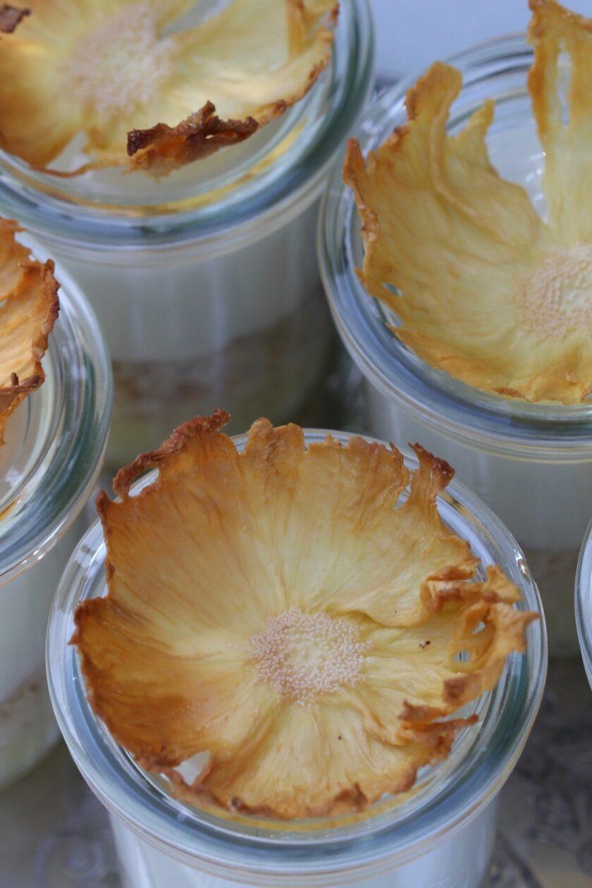 Pina colada dessert - nærbillede af ananasblomster - en lækkker opskrift fra Bagvrk.dk