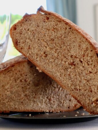 Snit igennem koldhævet brød med soltørrede tomater - Bagvrk.dk