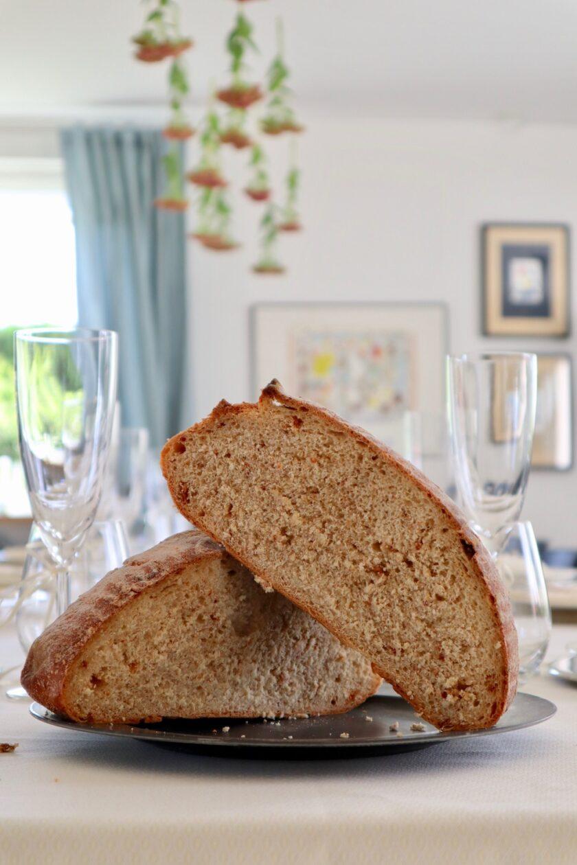 Snit igennem koldhævet brød med soltørrede tomater - højformat - Bagvrk.dk