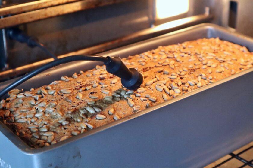 Mål kernetemperaturen i midten af brødet, til den når 97-98 grader - Bagvrk.dk