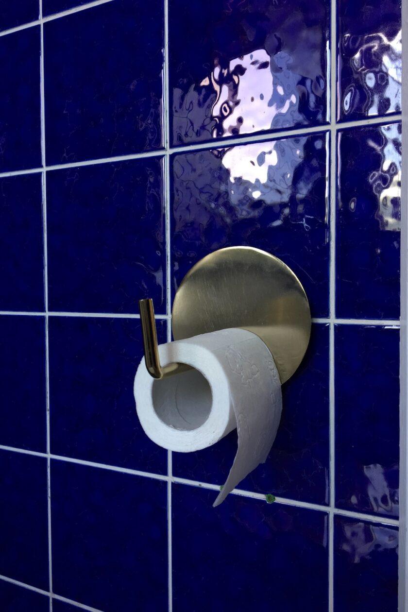 Toiletrulleholder Housedoctor messing guld blå fliser Bagvrk.dk