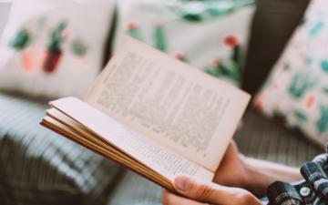 Læselyst en åben bog sofa Bagvrk