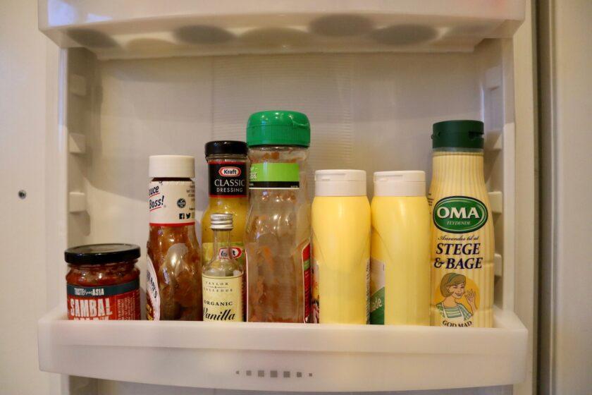 Køleskabslåge hylde med saucer mandagstip Bagvrk.dk