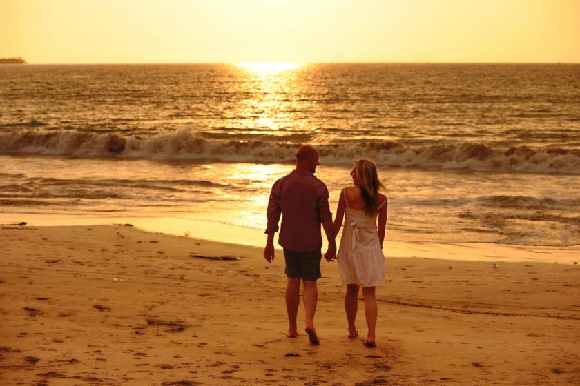 Par på strand i solnedgang Bagvrk