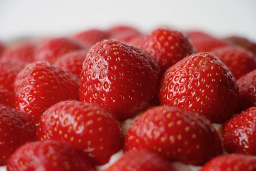 Et bjerg af friske jordbær på en jordbærtærte