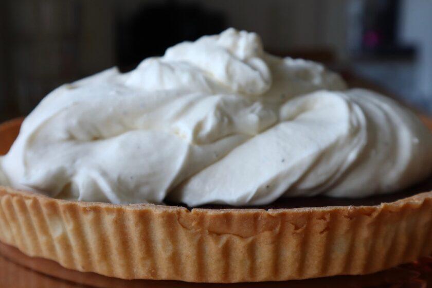 Vanilleflødecremen afstives med husblas, så den ikke render nogen steder Bagvrk.dk