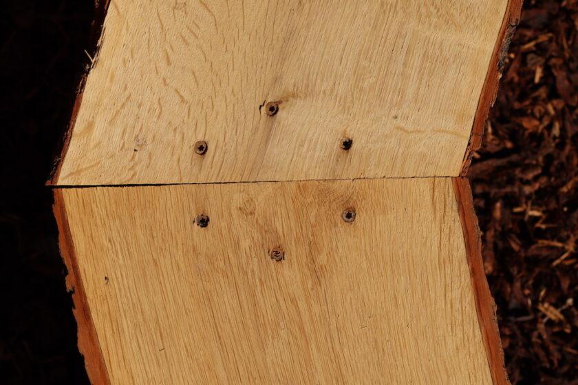 Egeplanker skåret i smig på toppen af den buede bænk Bagvrk.dk
