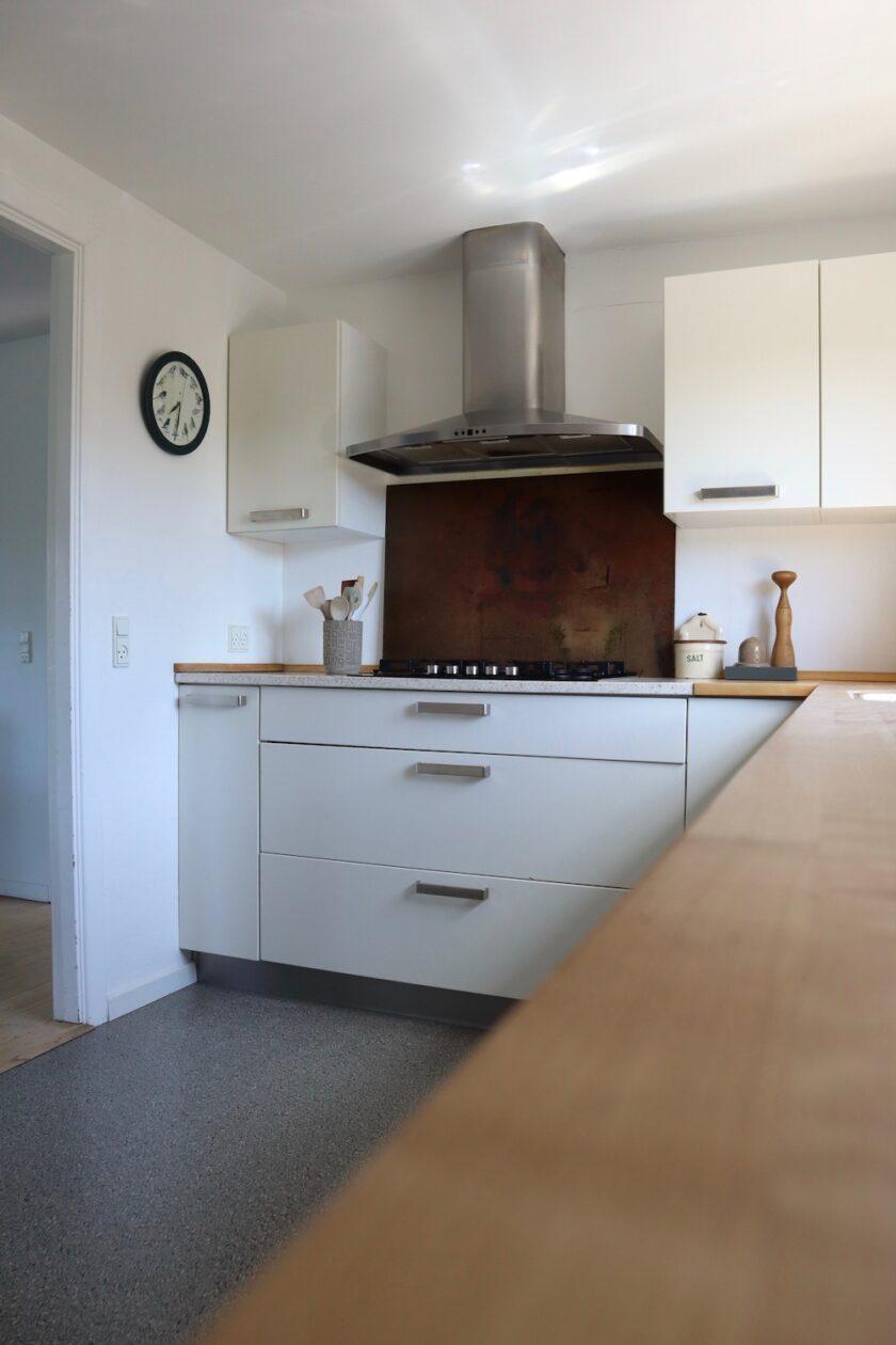 Kvik køkken med god bordplads Komono køkken Konmari Bagvrk.dk