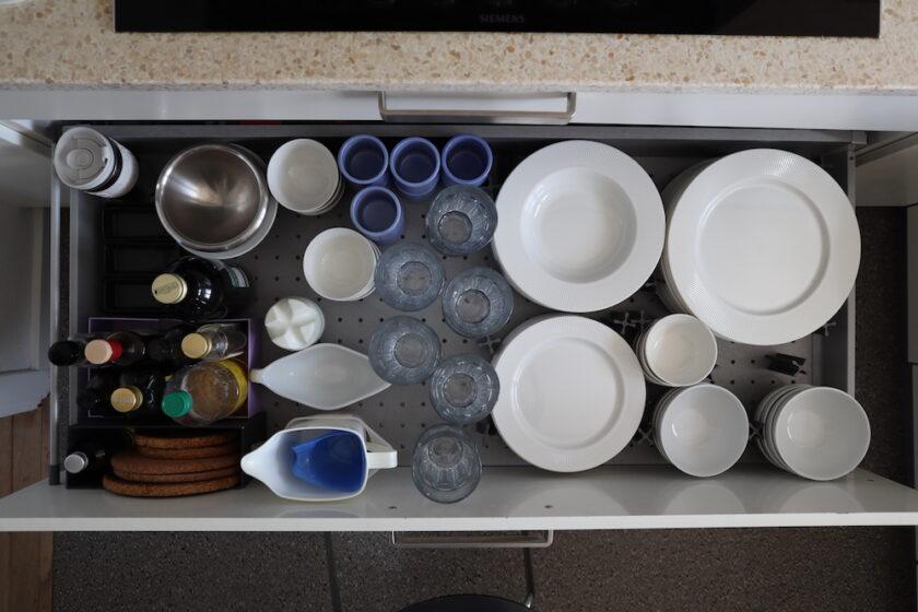 Skuffe med tallerkener, skåle og glas Bagvrk.dk