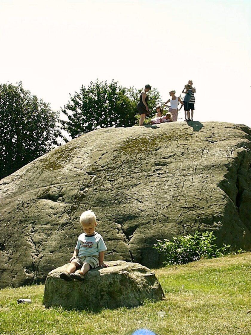 Damestenen 2006 med toårig i forgrunden Bagvrk.dk
