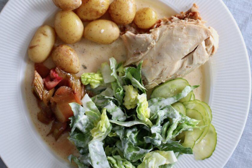 Grydestegt kylling med det hele rabarberkompot agurkesalat mormorsalat Bagvrk.dk