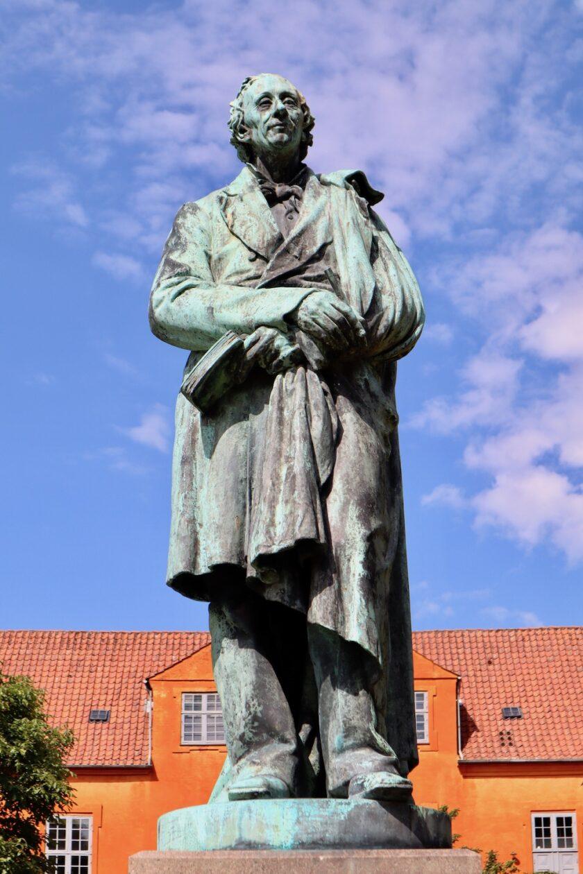 HC Andersen statue Eventyrhaven Odense Bagvrk.dk